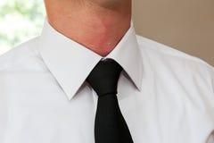 Homme utilisant une cravate Photographie stock libre de droits