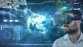 Homme utilisant VR avec le globe clips vidéos