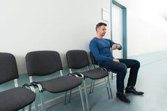 Homme vérifiant le temps dans l'hôpital photo stock