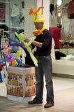 Homme vendant des animaux de ballon Photographie stock libre de droits