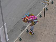 Homme vendant des ballons Photos libres de droits