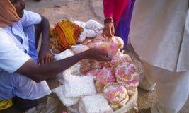 Homme vendant des bonbons et Prasad de Lord Jagannath Photos libres de droits
