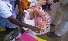 Homme vendant des bonbons et Prasad de Lord Jagannath Photographie stock