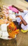 Homme vendant des bonbons et Prasad de Lord Jagannath Photographie stock libre de droits