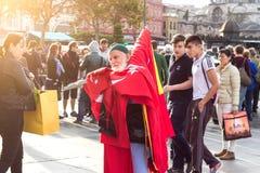 Homme vendant des drapeaux sur la rue Photographie stock libre de droits