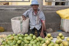 Homme vendant des légumes fruits de fruit frais Indonésie Image libre de droits