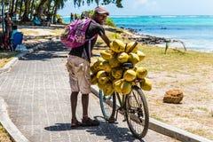 Homme vendant des noix de coco de son vélo Images libres de droits