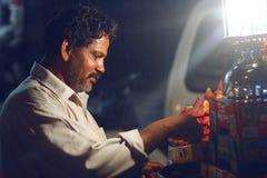 Homme vendant la fraise sur la route chez Bahadurabad Image libre de droits