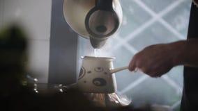 Homme versant l'eau chaude dans un pot 4 de café turc clips vidéos