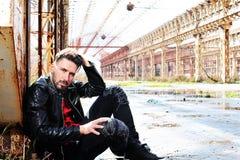 Homme, veste en cuir de noir, fond urbain Image stock
