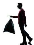 Homme vidant le sac de déchets Photo libre de droits