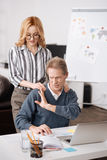 Homme vieillissant choqué exprimant l'irritation en bureau Images libres de droits