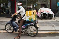 Homme vietnamien attendant sur une motocyclette Photo stock