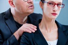 Homme violent menaçant un employé de bureau Photographie stock libre de droits