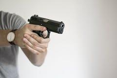 Homme visant le pistolet de l'étui dans l'autodéfense photographie stock libre de droits