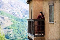 Homme visitant un kasbah au Maroc photographie stock libre de droits