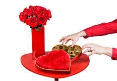 Homme volant des chocolats de valentines Images stock