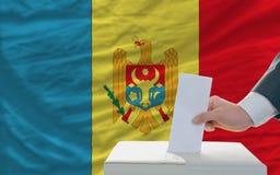 Homme votant sur des élections dans Moldau photographie stock libre de droits