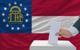 Homme votant sur des élections en Géorgie photo libre de droits