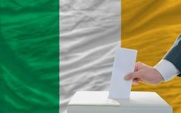 Homme votant sur des élections en Irlande image libre de droits