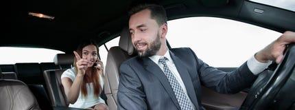 Homme voyageant avec son amie Photo libre de droits
