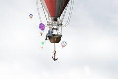 Homme voyageant dans l'aérostat Media mélangé photographie stock libre de droits