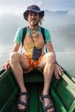Homme voyageant en bateau Photos stock