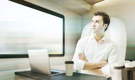 Homme voyageant en compartiment de train Images libres de droits