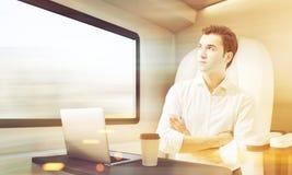 Homme voyageant en compartiment de train, modifié la tonalité Images libres de droits
