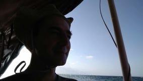 Homme voyageant par la mer sur le bateau, baisses de l'eau tombant sur lui Aventure extrême, vacances d'été banque de vidéos