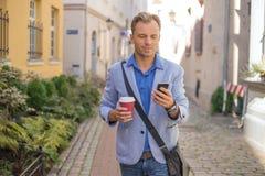 Homme vérifiant le sien téléphone Images libres de droits