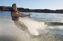 Homme Wakeboarding sur le lac Image libre de droits