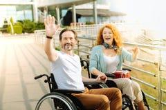 Homme wheelchaired par positif te souhaitant la bienvenue Photo stock