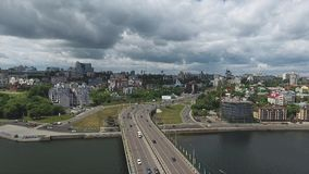 Hommel adembenemend landschap van daken, brug, rivier en straten in grote stad stock videobeelden