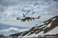 Hommel in de koolstof van sneeuwbergen quadrocopter royalty-vrije stock afbeelding