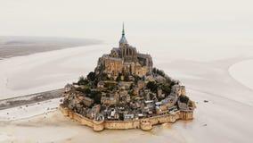 Hommel die binnen op Mont Saint Michel-abdij, de epische stad van de eilandvesting en beroemd reisoriëntatiepunt zoemen in Norman stock video
