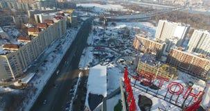 Hommel die boven de stad in de sneeuw vliegen stock videobeelden