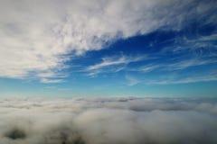 Hommel die boven wolken in de hemel vliegen stock foto