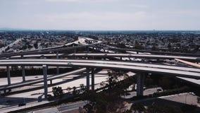 Hommel die dichtbij beroemde de snelwegkruising van RechtersPregerson dalen in Los Angeles, Californië met vele luchtparadewegen stock videobeelden