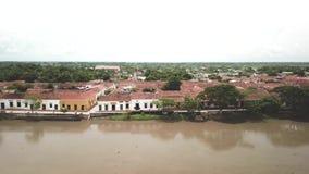Hommel die over de rivier in Mompox Mompos in Colombia vliegen stock videobeelden