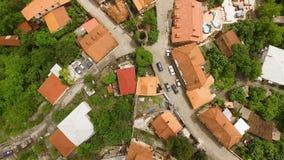 Hommel die over huizen en straat in mooie Signagi-stad, reis aan Georgië vliegen stock videobeelden