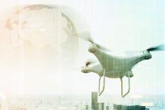 Hommel die tegen cityscape, gestemde Aarde vliegen, Stock Fotografie