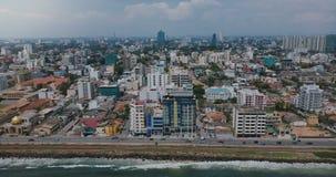 Hommel die uit boven Colombo, Sri Lanka-panorama zoemen Luchtmening van Aziatische toevluchtstad, moderne gebouwen en oceaangolve stock video