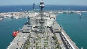 Hommel die van kabelwagenpost wordt geschoten in de haven van Barcelona