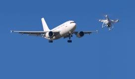 Hommel en vliegtuig Royalty-vrije Stock Afbeeldingen