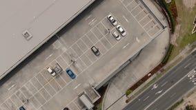 Hommel, helikopter of satelliet die een persoon in een auto volgen stock footage