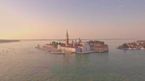 Hommel het lucht vliegen over Grand Canal met spectaculaire mening van klokketoren van de Heilige Giorgio Maggiore Church stock videobeelden