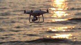 Hommel het vliegen fonkelingszonlicht met afstandsbediening op overzees stock videobeelden