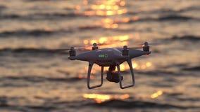 Hommel het vliegen fonkelingszonlicht met afstandsbediening op overzees stock footage
