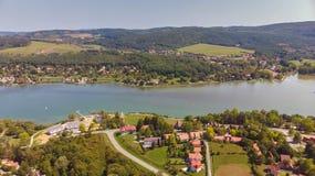 Hommel luchtbeeld van een Hongaars landschap, dichtbij het kleine dorp Orfu stock foto